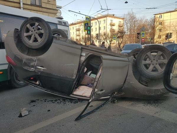 На Новочеркасском «Ниссан» совершил сальто. Рядом встал подбитый «Шевроле»