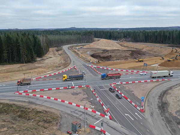 На трассе «Скандинавия» поставили светофоры, чтобы регулировать движение во время строительства путепровода