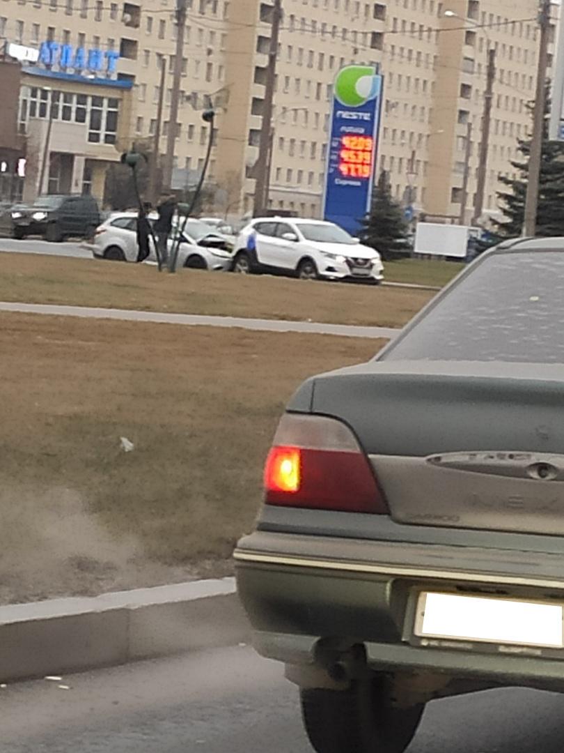Скользкие улицы: в Петербурге автомобили «отдыхают» в кустах и на заправках, а таксисты находят друг друга  (Иллюстрация 1 из 1) (Фото: «ДТП и ЧП | Санкт-Петербург»/vk.com)