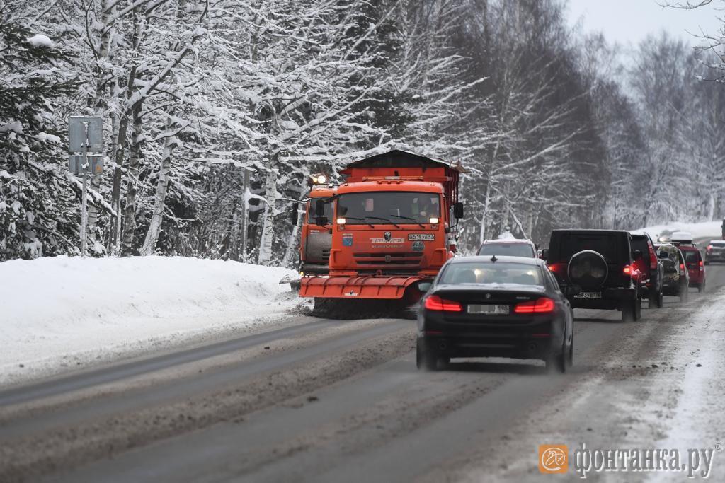 Петербург присыпало снегом. Областные дороги поливают солью. На КАД работают 60 уборочных машин  (Иллюстрация 1 из 1)