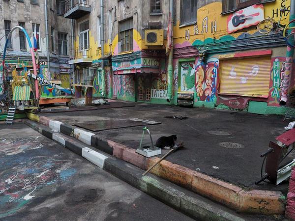 Из двора Нельсона на Петроградской увозят разукрашенные автомобили, которые были частью арт-объекта