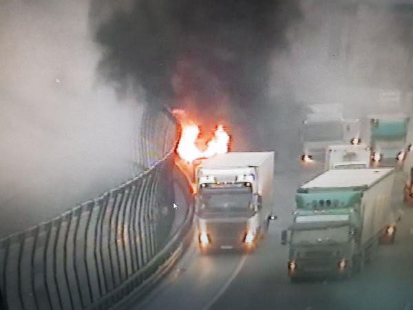Полыхающий микроавтобус собрал пробку на КАД. Огонь перекинулся на шумозащитный экран