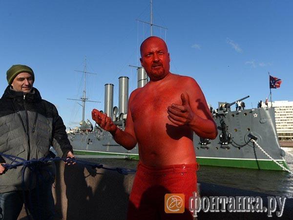 Купание красного. Петербургский акционист в годовщину Октября пытался смыть прошлое в Неве