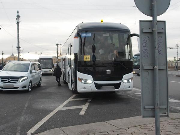 «У нас туристы — враги города». Экскурсионные автобусы стоят на своем, не заглушая мотор