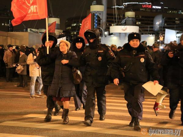 Коммунисты встречают годовщину Октября там, где не разрешили власти. Дойти до «Авроры» дали не всем