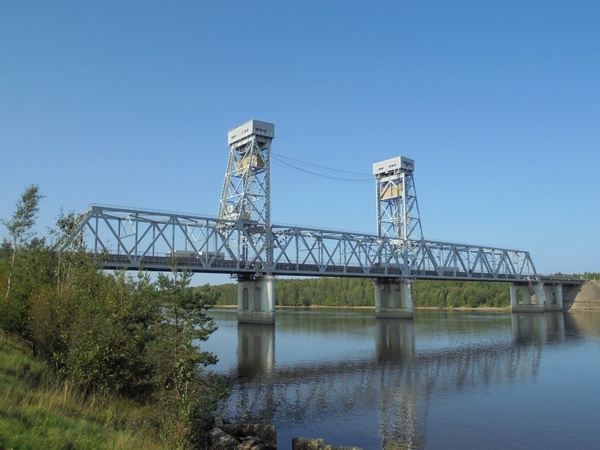 Трассу «Кола» перекроют на 2 часа, чтобы пропустить под мостом через Свирь целый состав