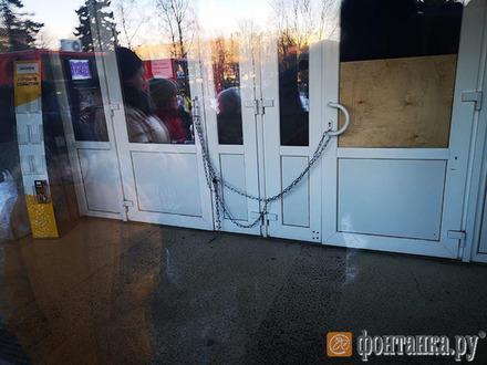 «Время чудес» в Петербурге отменяется. Семейный спектакль обернулся очередью у закрытой на цепь двери ДК Газа