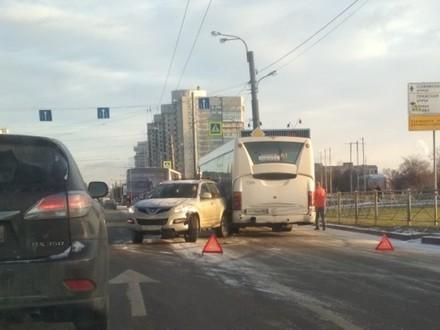 «Зима опять началась внезапно». Водители бьются на заснеженных дорогах Петербурга