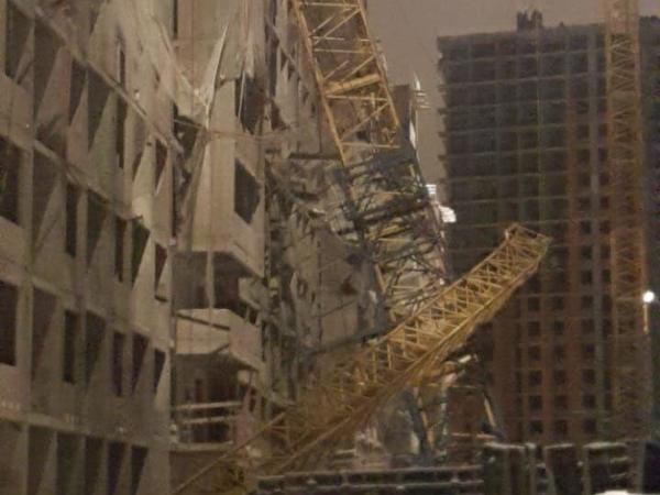 В Мурино башенный кран упал на строящийся дом