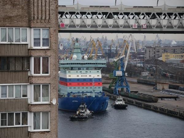 Крупнейший в мире атомный ледокол «Арктика» смог пройти под ЗСД: помогали специальные люди