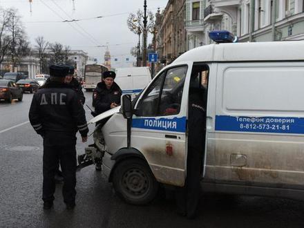 Полицейский микроавтобус в Петербурге не доехал с задержанными с ярмарки на базу. Невский встал