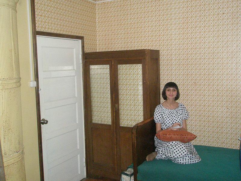 Наталья Романова в «ахматовской будке» на ахматовской кровати