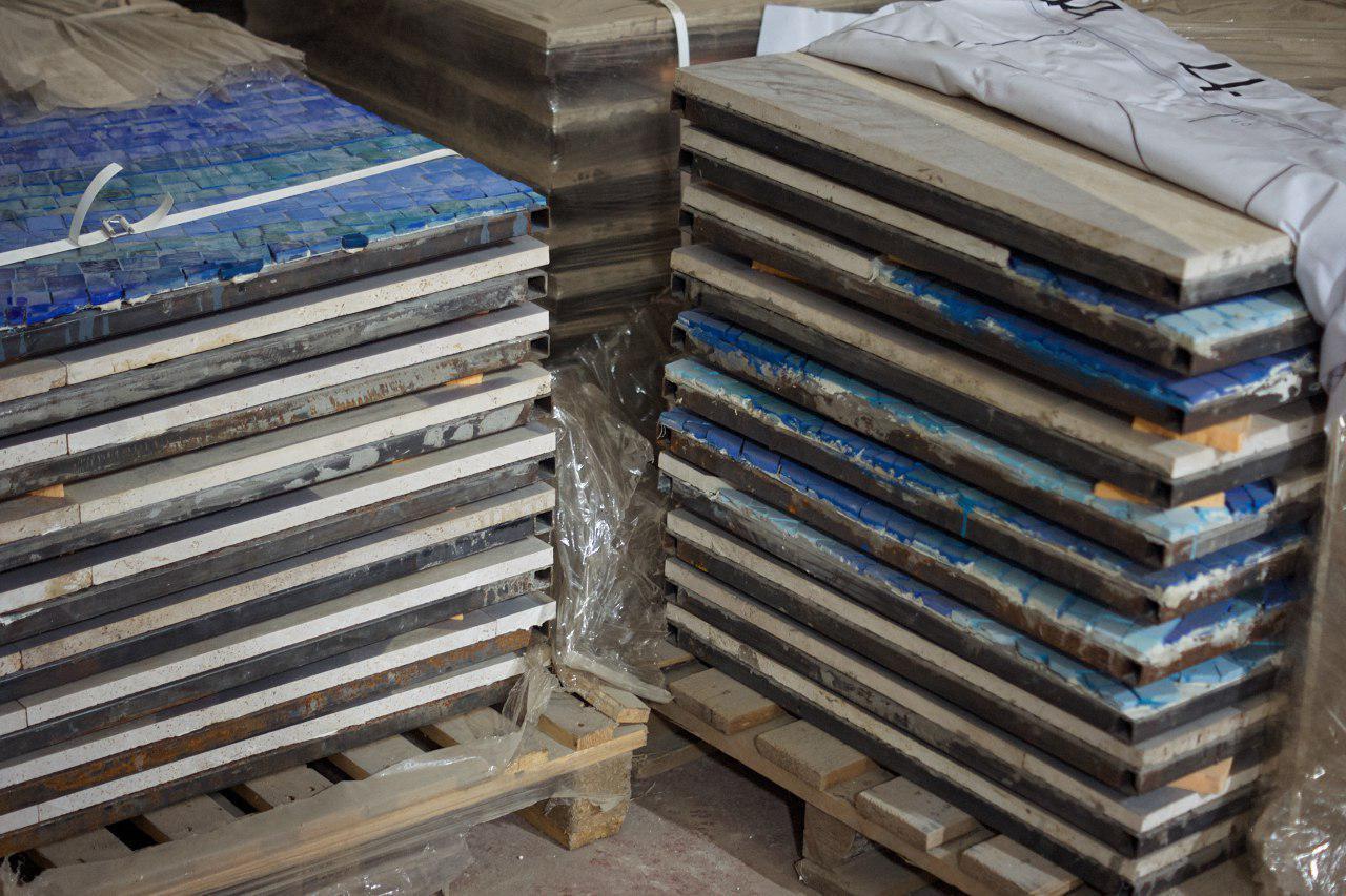 Мозаика и витражи на складе, которые должны быть установлены на Фрунзенском радиусе.