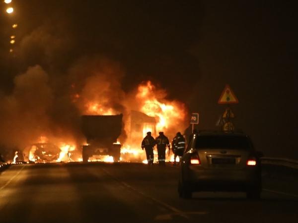 Движение по «Скандинавии» перекрыто: там столкнулись и загорелись 7 машин