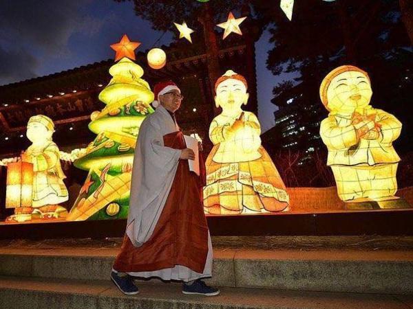 Огромный шар, ангелы над улицами и летающая ёлка для выпивох. Как столицы мира ждут Санта-Клауса