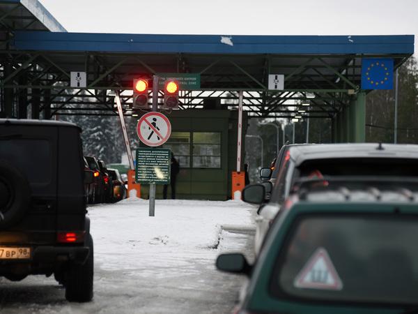Россиянам посоветовали в праздники идти в Эстонию пешком. Названы часы пик на границе с Финляндией