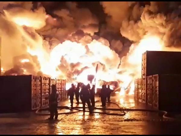Серьезный пожар на юге Петербурга. На место тушения направлен пожарный поезд