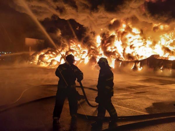 Собственника полыхающего в Шушарах склада МЧС принуждало разобраться с серверной. Проверяющие не нашли там установок пожаротушения