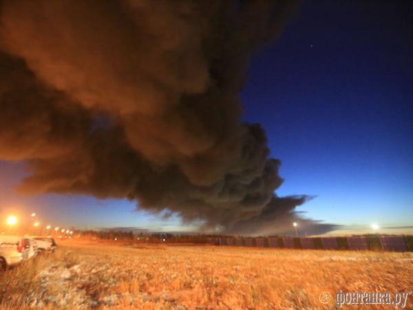 5 самых ярких фото ночного пожара в контейнерном терминале на Московском шоссе