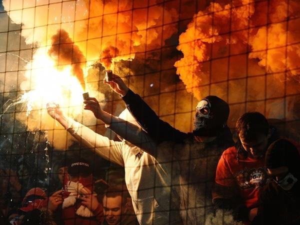 «Болельщикам «Спартака» нужна наша поддержка». Зачем фанаты «Зенита» помогают москвичам