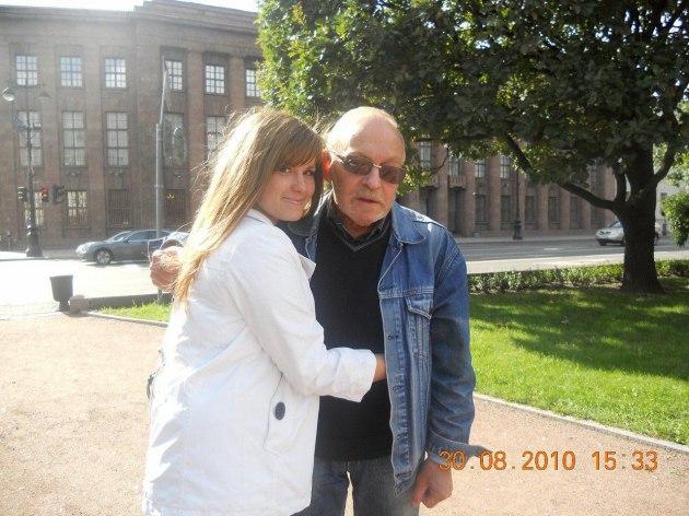 Журналист Лев Аникин с внучкой. Фото из семейного архива