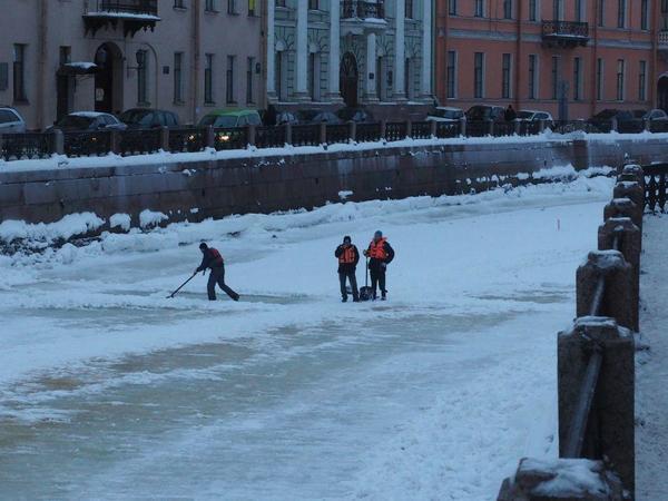 Со льда Мойки вручную убирают снег. Виноват Никита Сергеевич Михалков