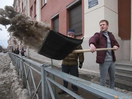 «Мужской» день. Петербургские чиновники вышли на «воскресник». Лопаты пришлось подождать