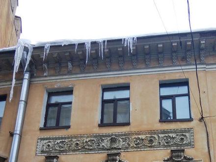 Болгарка и дрель, меланхолия, трясущиеся руки врачей и тишина – как петербуржцы видят уборку улиц