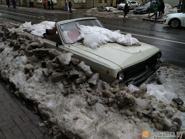 На Чкаловском под снегом погибает постсоветская мечта. Хозяин расстался с кабриолетом четыре года назад