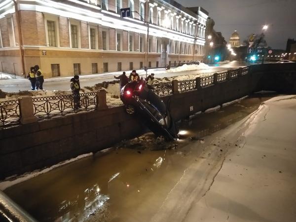 Водитель «Хёндэ» на скорости «поцеловал» ограду у Поцелуева моста и повис над Мойкой