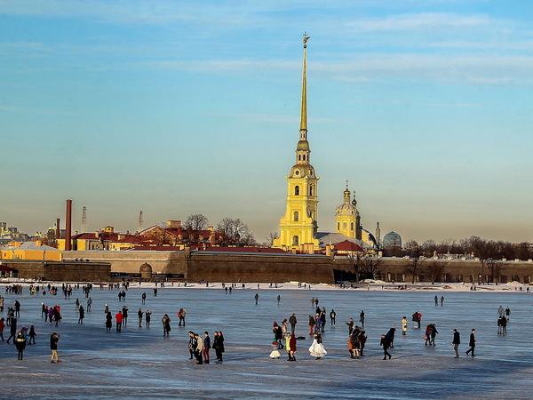 Фото: опасные прогулки по воде. Петербуржцы вышли на лед