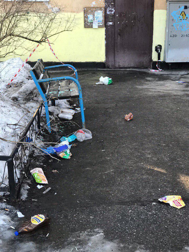 """Читательница """"Фонтанки"""" Марго: Красносельский район, ул. Летчика Пилютова. Не соблюдают график вывоза мусора, народ просто оставляет свои пакеты на контейнерной площадке. Вся близлежащая территория завалена разлетевшимися пакетами"""