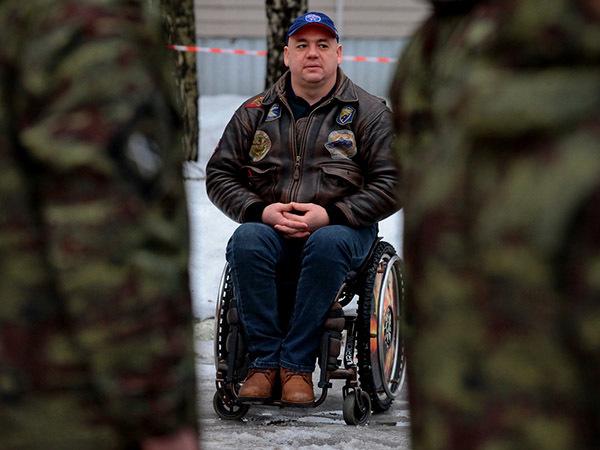 "Спасибо, родина: бездомный майор ""Тайфуна"" на кресле-каталке"