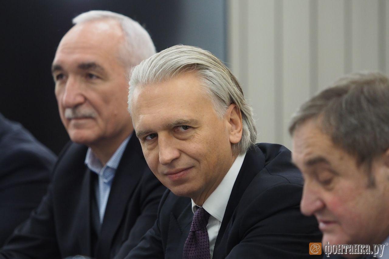 Александр Дюков (в центре)