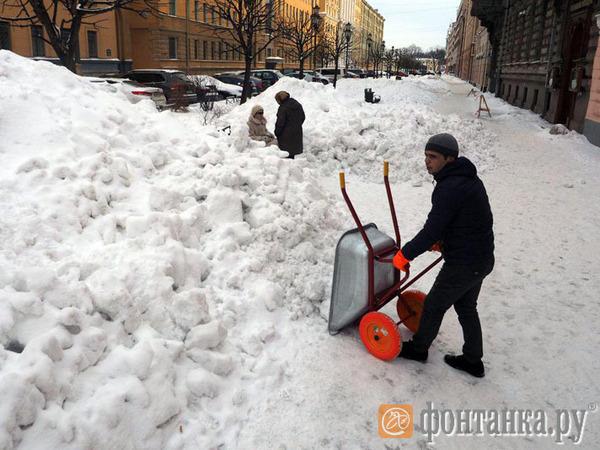 На Таврической получше, на Захарьевской похуже. «Фонтанка» посмотрела на результат ночной уборки снега в центре Петербурга