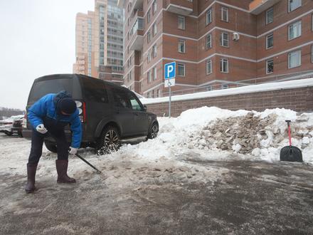 Надеяться не на кого: как ЧП с молодой мамой научило огромный ЖК в Петербурге бороться со снегом за свои средства