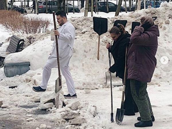 Бюджетники рассказали, как убирали снег в Петербурге: с пирогами и лопатами