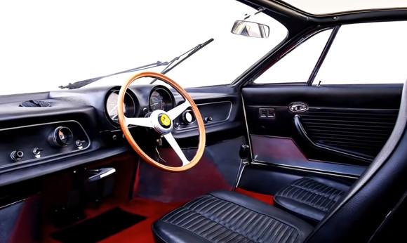 Некоторые первые автомобили имели руль по центру. Кадр из видео в YouTube