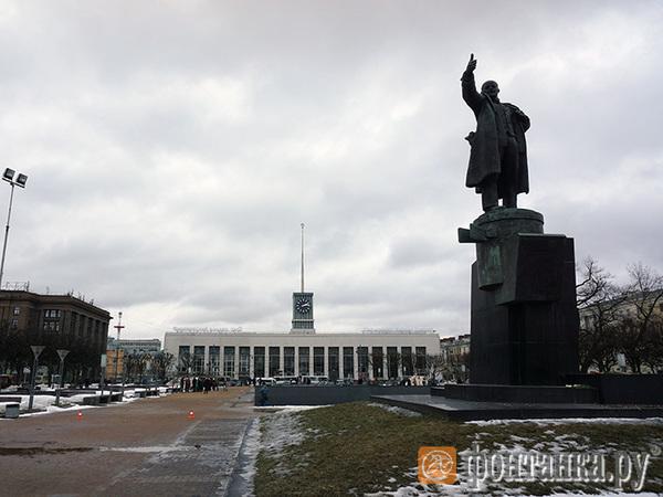 Митинг за свободный Интернет в Москве собрал более 11 тысяч человек. На месте, где акцию планировали в Петербурге, пара десятков человек отмечают Масленицу