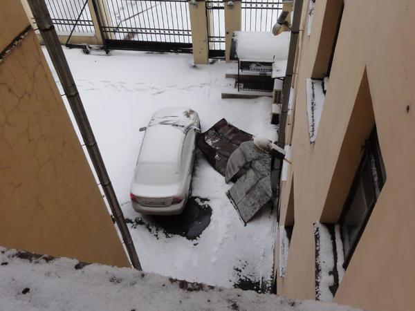 В доме на Лермонтовском ветер оголил крышу. Жильцы не дождались коммунальщиков и выполнили ремонт сами