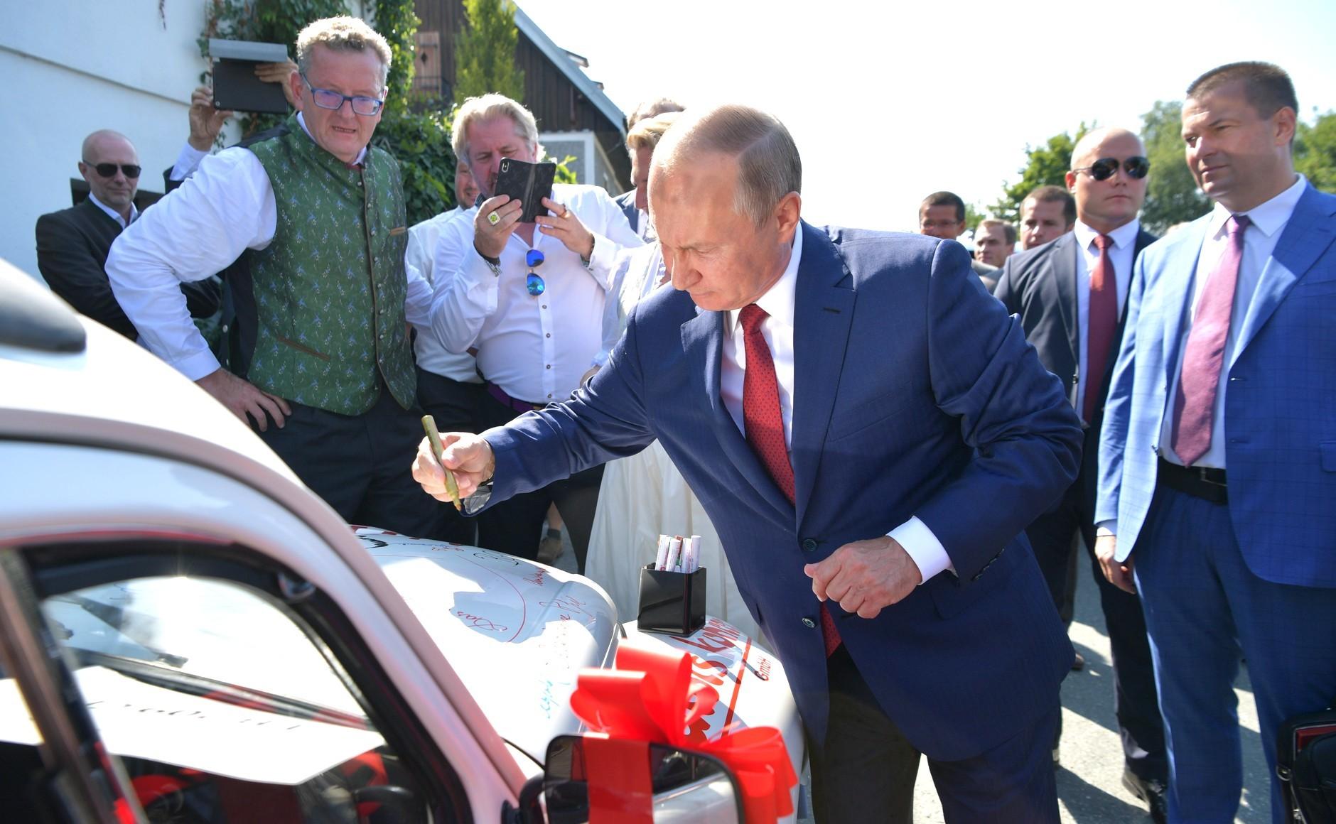 Volkswagen Beetle с автографом Путина продали на благотворительном аукционе в Австрии (Иллюстрация 1 из 1) (Фото: kremlin.ru)