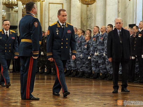 Директор Росгвардии в Эрмитаже вручил командующему по Северо-Западу личный штандарт