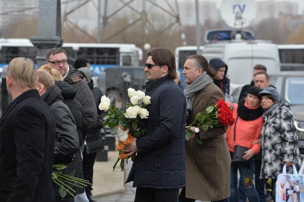 Эдгар Запашный (в центре)