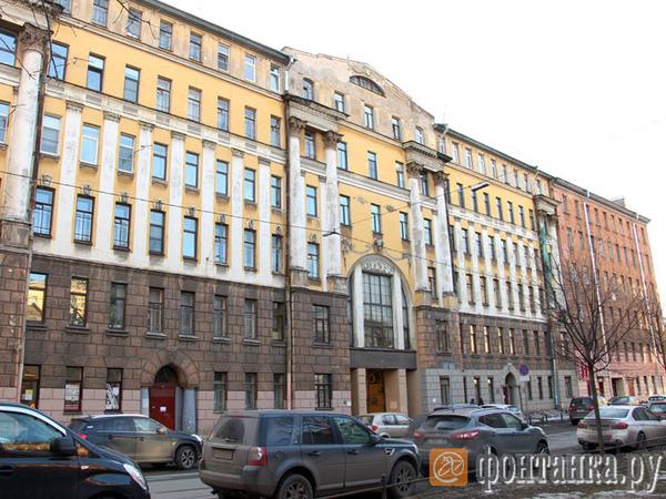 Дом товарищества Металлостроя на Васильевском лишился лепнины. Жильцы подозревают, что ее сбили вместе с наледью