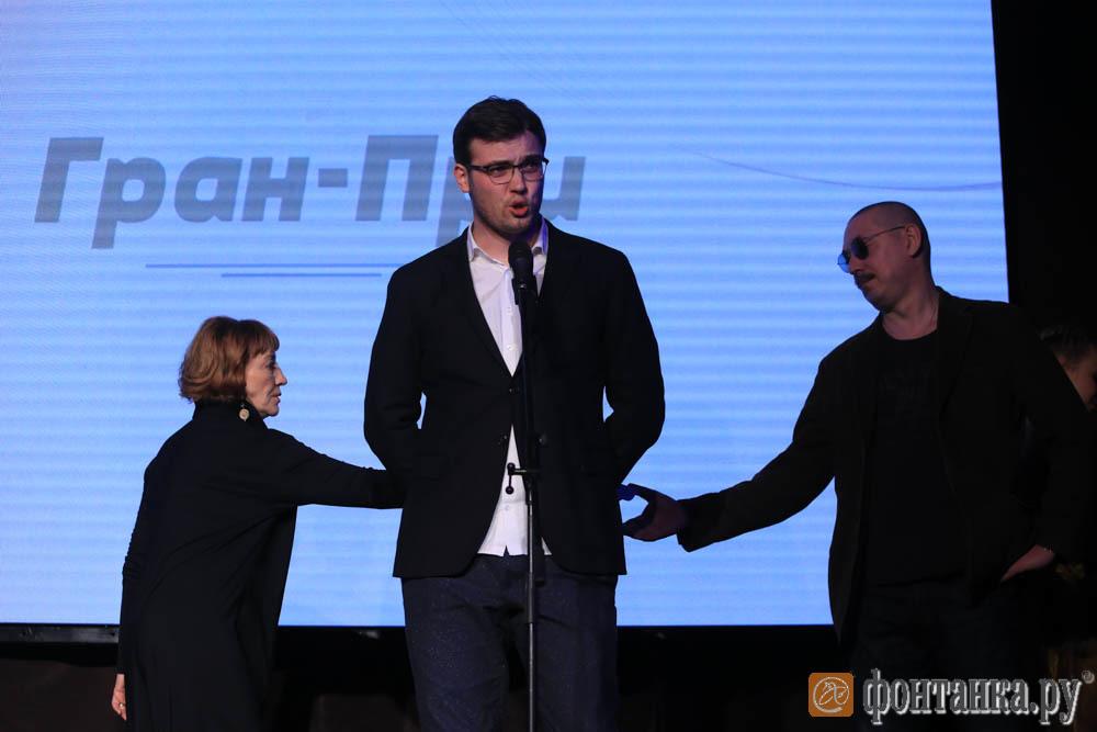 """Николай Артеменко, """"Бумага"""" (в центре)"""