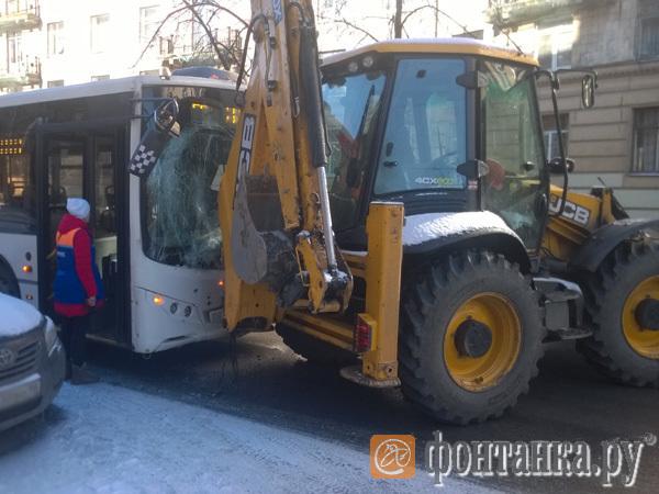 Валил боком. На Полярников с автобусом встретился заскользивший снегоуборщик