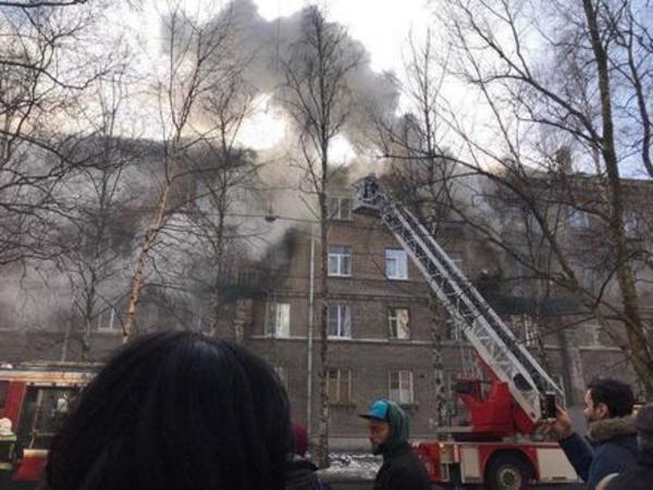 Площадь пожара на Сестрорецкой выросла вдвое, двоих жильцов увезли в больницу