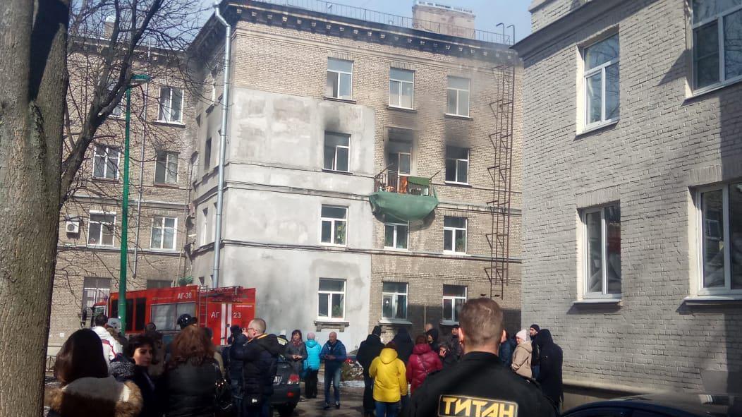 Площадь пожара на Сестрорецкой выросла вдвое, двоих жильцов увезли в больницу (Иллюстрация 1 из 1)