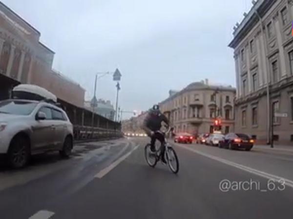 Лишенный мигалок гонщик из Петербурга переставил их с «Мерседеса» на велосипед. И все равно нарушил ПДД