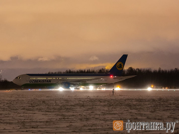 «Фонтанка» публикует фото самолета «Узбекских авиалиний». За пределы полосы он уехал на 50 метров